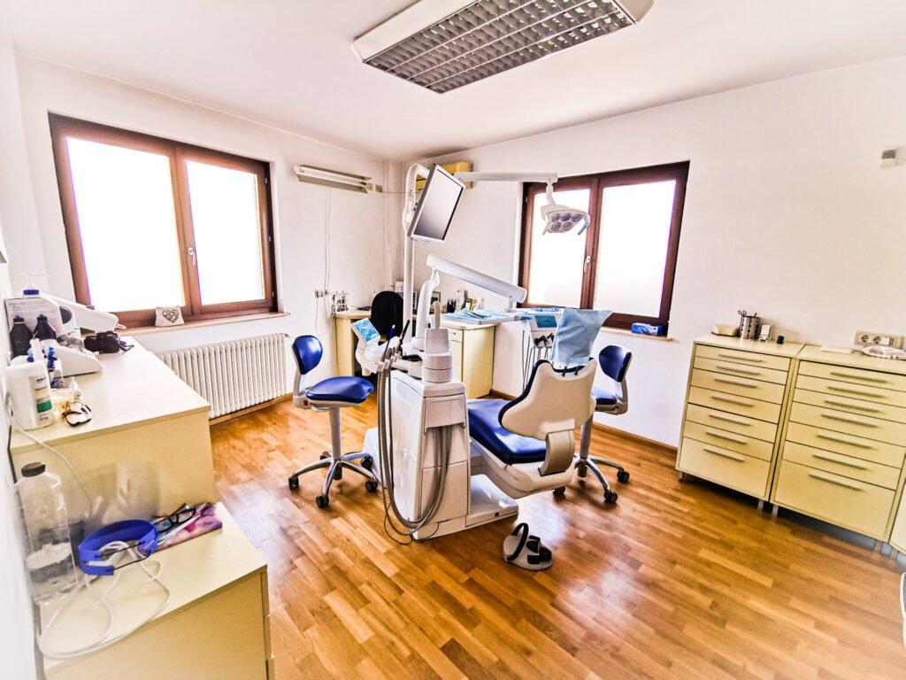 În Craiova, la DR. CIUCĂ puteți benefica de detartraj dentar cu ultrasunete realizat cu ajutorul celui mai performant aparat de detartraj de pe piata la momentul actual EMS Prophymaster